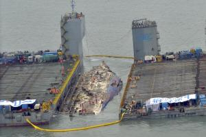 Salvage teams help raise the Sewol