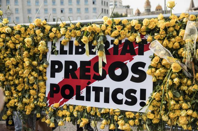 Yellow roses surround a call for the freeing of Catalan political prisoners in Barcelona