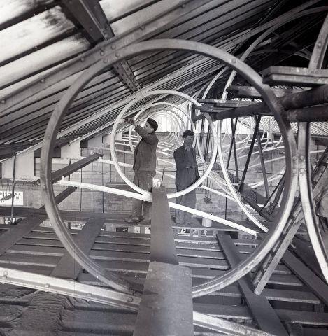 더 내셔널: 지붕 부분의 철골 페인팅, 1964
