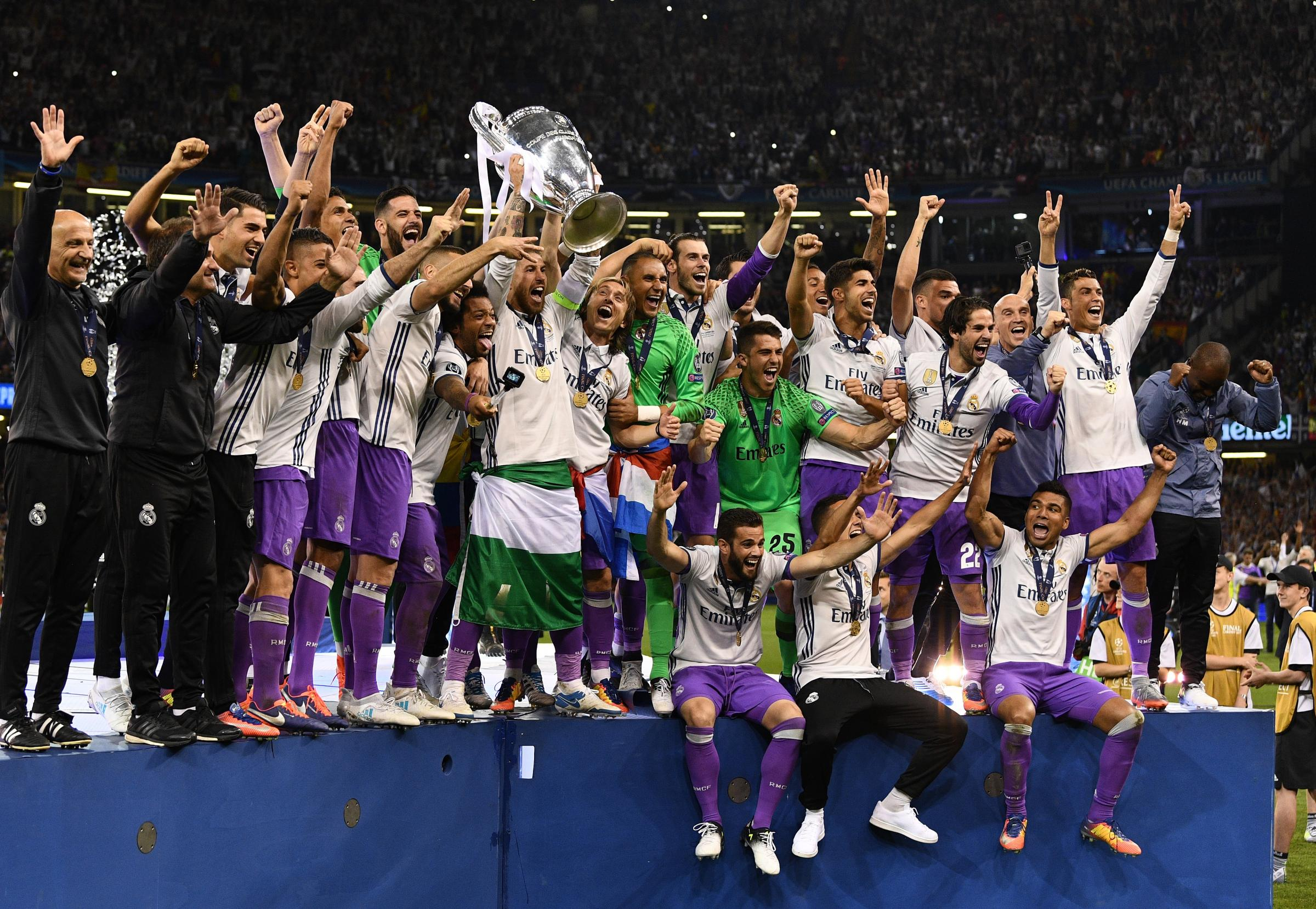 Real Madrid lift the Champions League trophy. Photo by David Ramos/Getty Images.